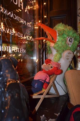 """Modne w Budapeszcie są puby """"śmieciowe"""" - przepełnione rzeczami wyciągniętymi ze śmieci właśnie"""