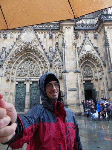 Ok. To Ty szybko rób zdjęcie na tle katedry, a ja ochronię cię przed deszczem :D