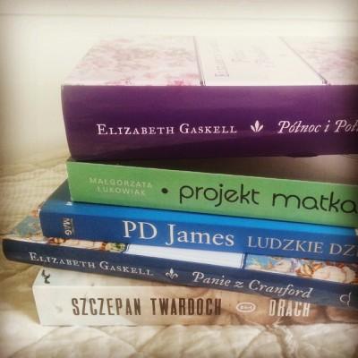 Majowe zakupy. Ostatnio dość sprawnie idzie mi czytanie nowo nabytych książek - z tego stosu przeczytałam już dwie, a jestem w trakcie czytania trzeciej.